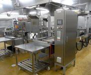 06.調理室の自動連続フライヤー